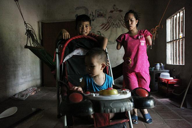 Cảm động mẹ cụt tay, khèo chân chăm con nhỏ ở Hà Nội - 13