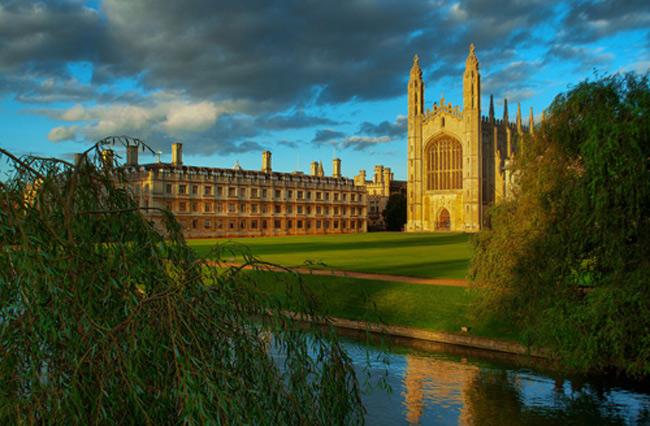1. Đại học Cambridge, Vương quốc Anh bao gồm 31 tòa nhà theo thiết kế Gothic ấn tượng nằm rải rác trong thành phố Cambridge xinh đẹp. Trường luôn là 1 trong những trường đại học đẹp nhất thế giới do các tạp chí danh tiếng bình chọn.