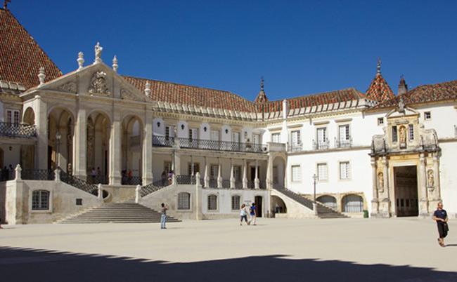 3. Đại học Coimbra, Bồ Đào Nha thành lập vào năm 1290, nổi tiếng với & nbsp;kiến trúc bằng đá và gỗ của Baroque, trang trí bằng những bức tranh sơn dầu vô cùng & nbsp;bắt mắt, ấn tượng.
