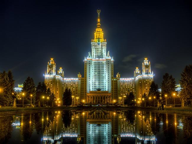 2. Đại học Lomonosov Moscow, Nga thành lập năm 1755, sử dụng tới & nbsp;40 triệu viên gạch, 40.000 tấn thép cũng như đá cẩm thạch từ Gruzia, Uzbekistan và mỏ đá granite ở Ukraine để thiết kế lên cấu trúc tuyệt đẹp này.