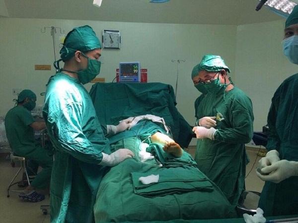 Phẫu thuật chỉnh trục xương, xoay chân cho bé 10 tuổi - 1