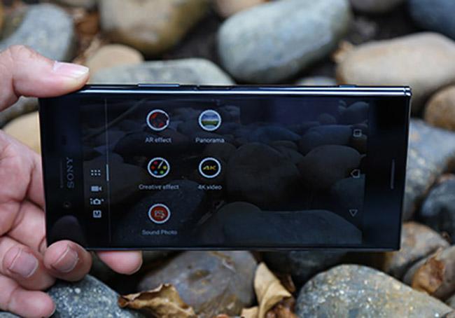 Cũng như XZs, Xperia XZ Premium có điểm nhấn ở cụm camera Motion Eye giúp ghi lại các khoảnh chuyển động chậm mà mắt người không thể nhìn thấy. Với Xperia XZ Premium, thị trường smartphone cũng lần đầu tiên ghi nhận một chiếc smartphone có màn hình 4K HDR.