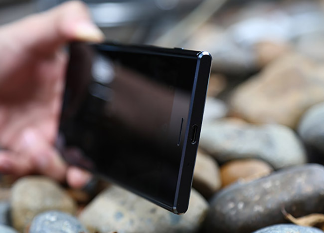 Xperia XZ Premium còn được trang bị ống kính G Lens, bộ xử lý hình ảnh thông minh BIONZ với khả năng phát hiện chuyển động và xử lý hình ảnh nhanh mà nhờ đó người dùng có thể tạo ra những video siêu chậm 960 khung hình/giây.