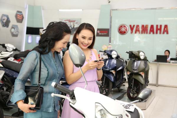 Lộ cảnh nàng dâu Minh Vân đi sắm xe với mẹ chồng - 3