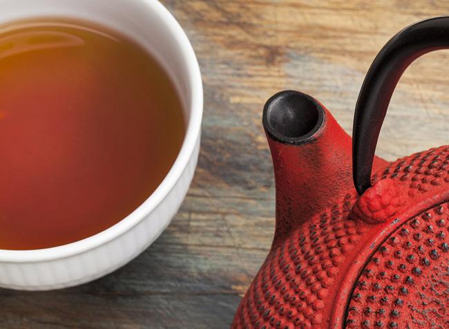 1. Trà nhân sâm. Các chuyên gia đưa ra lời khuyên cho quý ông nên uống 1 tách trà nhân sâm mỗi tối trước khi đi ngủ. Đồ uống này chứa hợp chất làm tăng cảm giác thỏa mãn khi  yêu , giúp ngăn ngừa hoặc giảm tình trạng rối loạn chức năng cương dương.