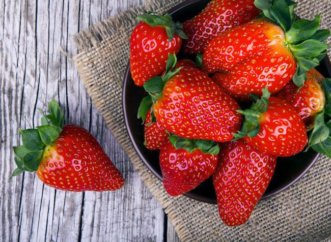 2. Dâu tây chứa nhiều vitamin C, làm tăng lượng tinh trùng ở nam giới, thúc đẩy khả năng thụ thai. Không những vậy, các hợp chất trong loại quả mọng này giúp tăng hưng phấn tình dục ở cả 2 giới.