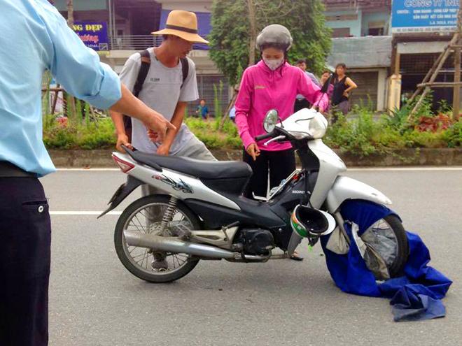 Hi hữu: Ngã sấp mặt vì áo mưa cuốn vào bánh xe - 1