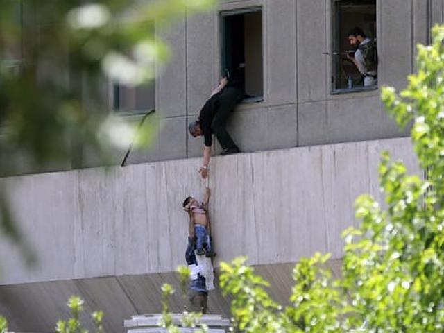 Xả súng, đánh bom tự sát rúng động trong quốc hội Iran