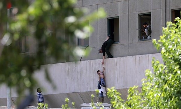 Xả súng, đánh bom tự sát rúng động trong quốc hội Iran - 1