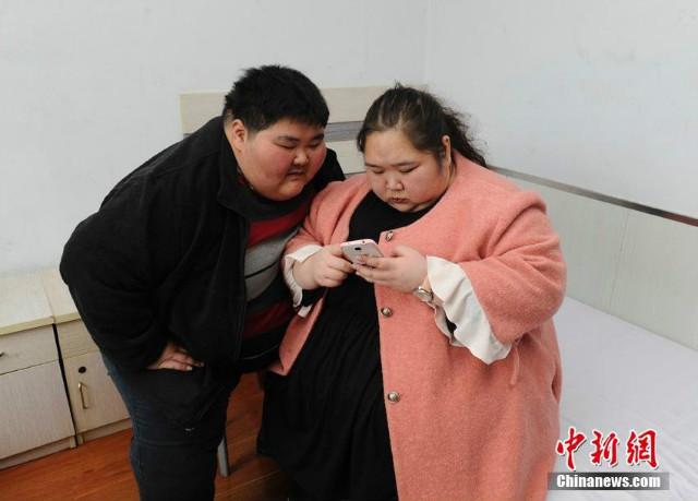 """Cặp đôi nặng 400kg giảm 200kg để """"quan hệ"""" và sinh con - 1"""