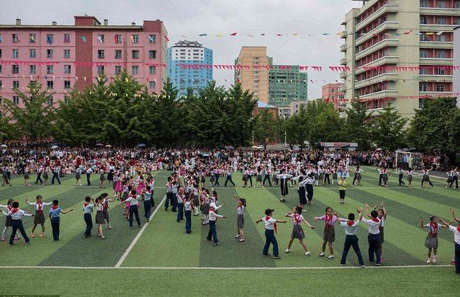 Ảnh: Trẻ em Triều Tiên tập bắn súng AK, ném lựu đạn giả - 5