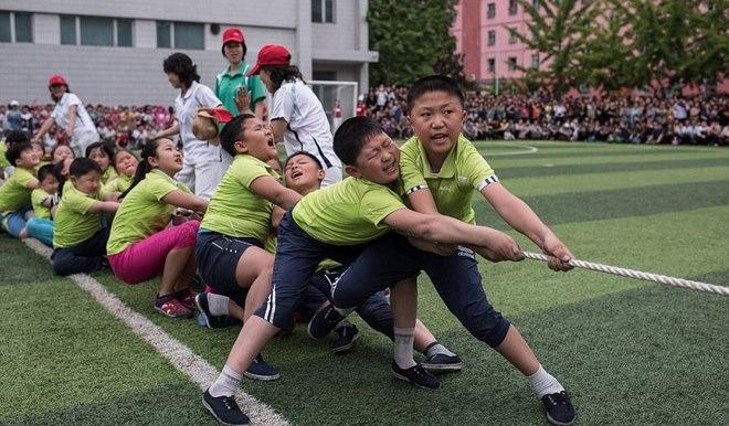 Ảnh: Trẻ em Triều Tiên tập bắn súng AK, ném lựu đạn giả - 4