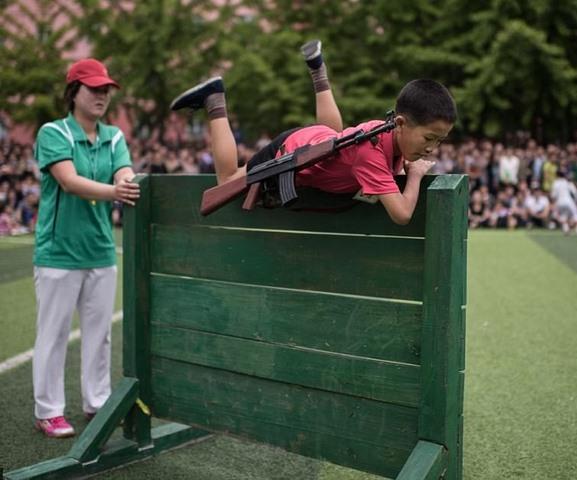 Ảnh: Trẻ em Triều Tiên tập bắn súng AK, ném lựu đạn giả - 3