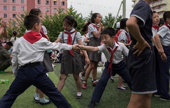 Ảnh: Trẻ em Triều Tiên tập bắn súng AK, ném lựu đạn giả - 2