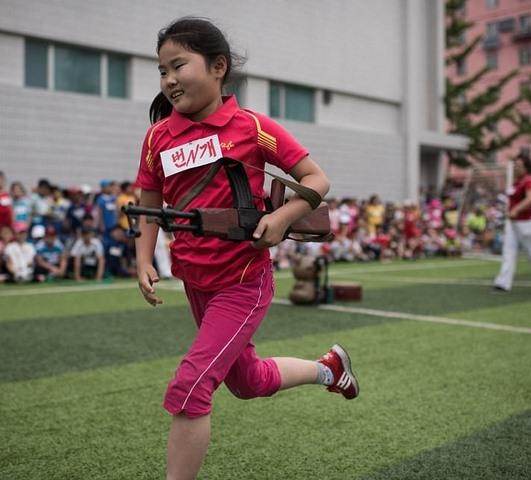 Ảnh: Trẻ em Triều Tiên tập bắn súng AK, ném lựu đạn giả - 1