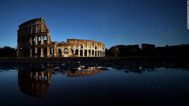 Đấu trường La Mã, Rome: Công trình được thiết kế có hình tròn với khán đài 80.000 chỗ ngồi. Một phần của đấu trường đã bị phá hủy bởi động đất và nạn trộm cắp. Đây cũng được coi là biểu tượng của đế chế La Mã.