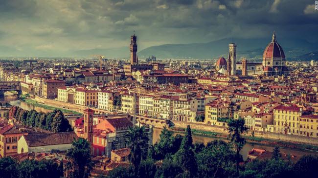 Florence: Thành phố quyến rũ này là thủ phủ của vùng Tuscany và được coi là nơi khai sinh của thời kỳ Phục hưng. Nhà thờ Duomo có niên đại từ thế kỷ thứ 13 là một trong những điểm du lịch hấp dẫn nhất thành phố cùng với cây cầu Ponte Vecchio và triển lãm tranh Uffizi.