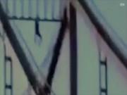 Phi thường - kỳ quặc - Biểu diễn đu một tay trên cầu, bất ngờ bị tuột rơi thẳng xuống đất