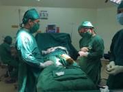Sức khỏe đời sống - Phẫu thuật chỉnh trục xương, xoay chân cho bé 10 tuổi