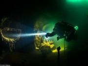 """"""" Nín thở """"  đột nhập xác tàu đắm dưới đáy biển sâu"""