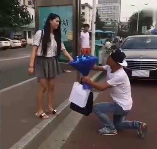 Đi xe sang tỏ tình, thiếu gia muối mặt vì thua gã đi xe đạp điện  - 1