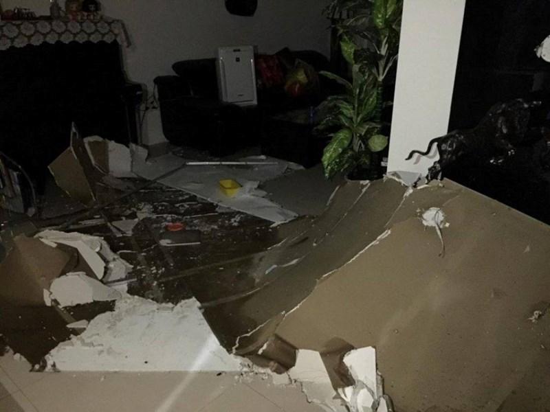 Cả mảng trần đổ sập xuống căn hộ chung cư - 1