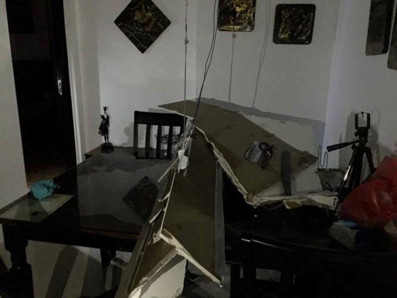 Cả mảng trần đổ sập xuống căn hộ chung cư - 4