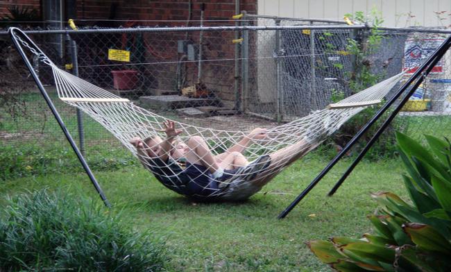 Sao không nằm luôn dưới cỏ có phải đỡ mất công mắc võng không?