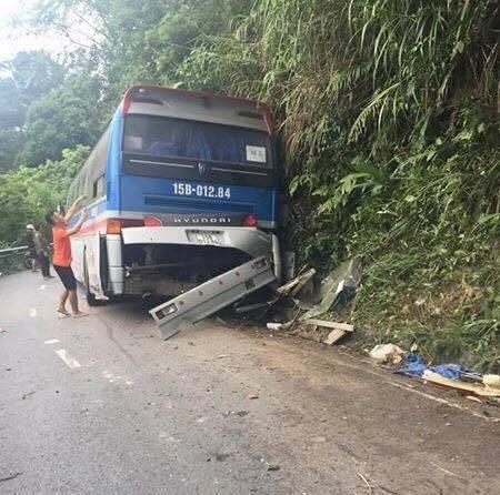 Xe chở hơn 40 học sinh đâm vào vách núi, 5 người thương vong - 2