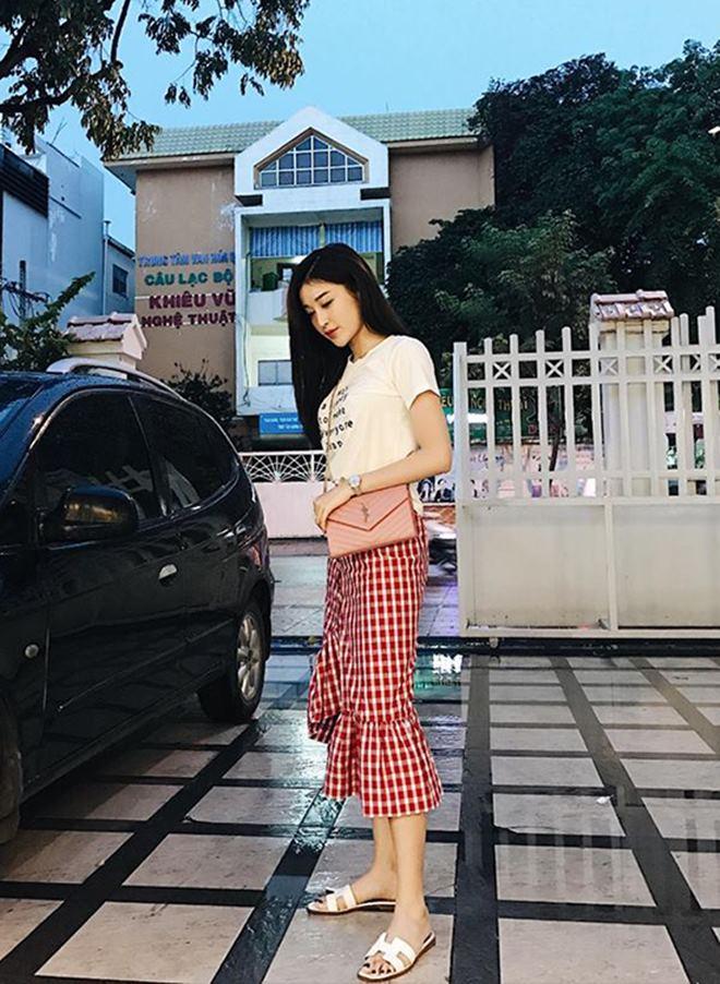 """Hoàng Thùy Linh, Đông Nhi đua nhau diện """"mốt không quần"""" - 4"""