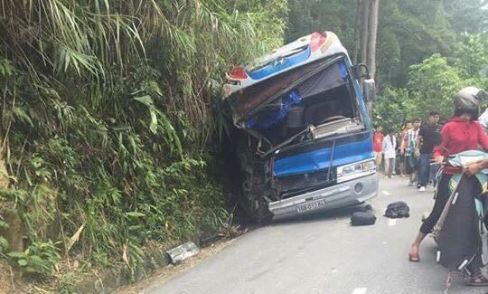 Tin mới nhất vụ xe ô tô chở học sinh đi du lịch đâm vào núi - 1