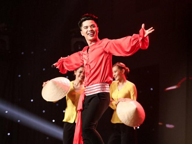 """Mr. Đàm nằm dài ngắm Ngọc Sơn """"phát điên"""" trên sân khấu - 2"""