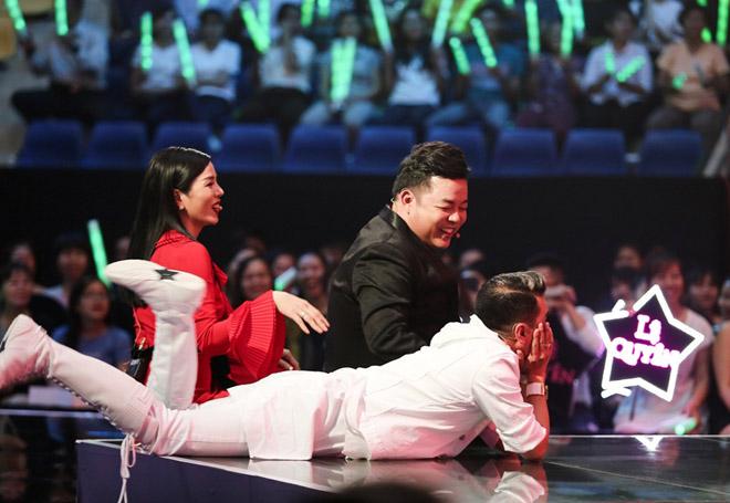 """Mr. Đàm nằm dài ngắm Ngọc Sơn """"phát điên"""" trên sân khấu - 5"""