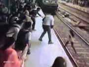 Thế giới - Khoảnh khắc kinh hoàng cô gái bị đoàn tàu đâm ở Ấn Độ