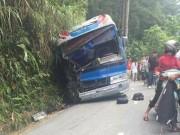 Tin tức trong ngày - Xe chở hơn 40 học sinh đâm vào vách núi, 5 người thương vong