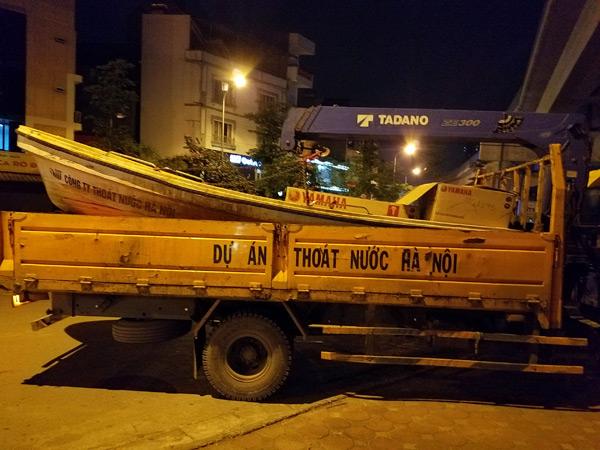 Hơn 40 công nhân xuyên đêm vớt cá chết ở hồ Hoàng Cầu - 6