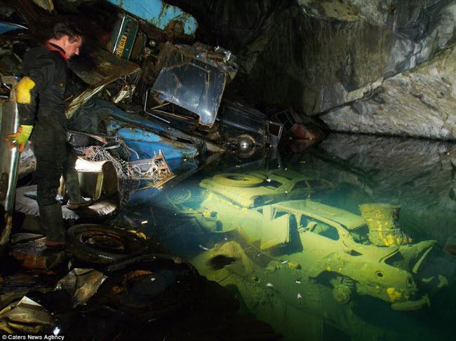 Nhóm thám hiểm đã ghi lại những hình tuyệt đẹp về những kỳ quan ẩn sâu dưới lòng đất ở Anh quốc,bao gồm mỏ muối Gaewern Slate (ảnh) ở Xứ Wales.