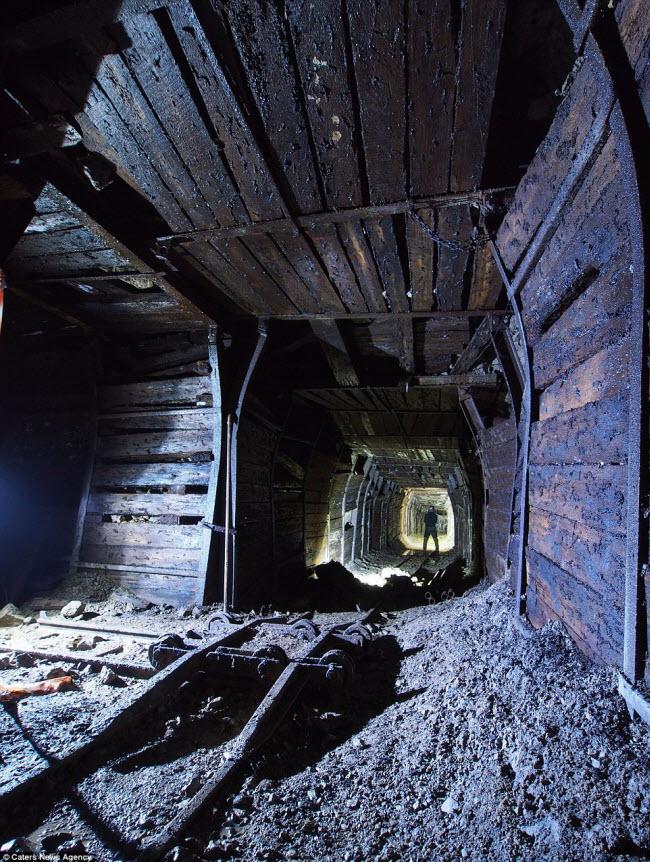 Bộ ảnh của nhóm thám hiểm cho thấy nhiều không gian dưới lòng đất từ hang động khổng lồ cho tới những đường hầm hẹp. Hình ảnh này được chụp tại mỏ Watersaw Fluorite ở Derbyshire.