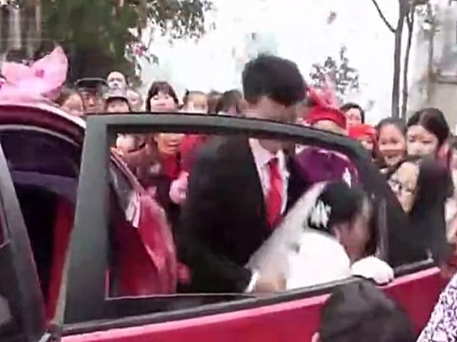 """Chú rể đẩy cô dâu ngã """"sấp mặt"""" ngay trong lễ cưới"""