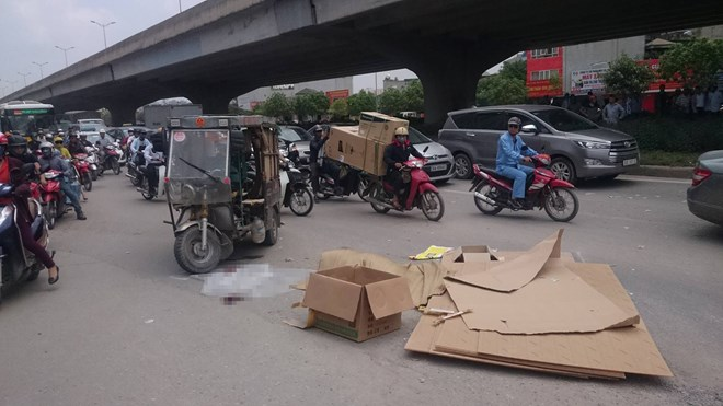Xe ba bánh lật đè chết người đàn ông giữa phố Hà Nội - 1