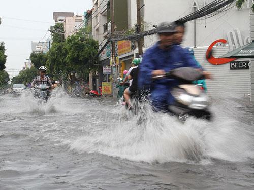 Mưa như trút nước ngày cuối tuần, đường phố lại ngập