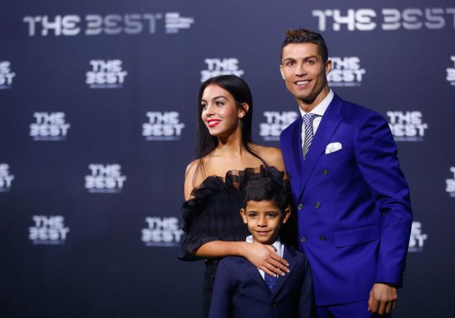 Ronaldo gần kỷ lục lịch sử, bí mật đón con sinh đôi