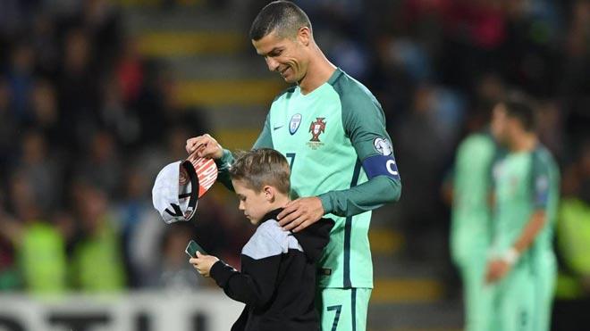 Ronaldo giấu con sinh đôi vài năm, trọn đời không cưới vợ?