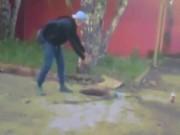 Thiếu niên nghịch dại ném bom xăng xuống hố gas