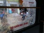 Tin tức trong ngày - Giận người yêu ném vỡ kính xe buýt, một hành khách vỡ đầu