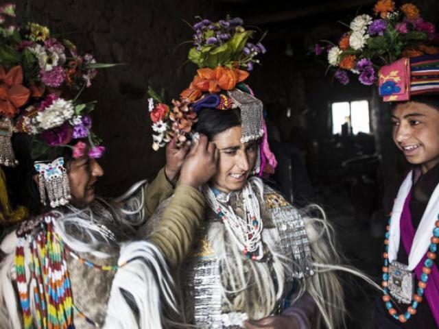 Dân tộc toàn đại gia trát đầy vàng ngọc lên người ở Tây Tạng - 14