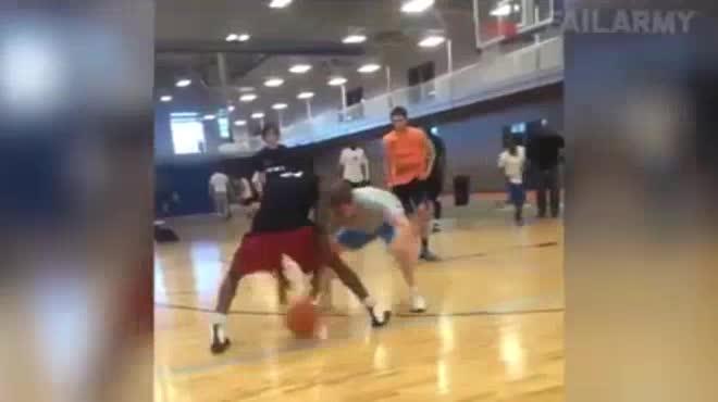 Clip hài: Xấu hổ muốn độn thổ với tai nạn bóng rổ