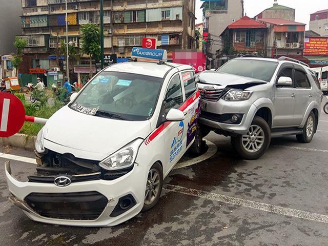 """""""Xe điên"""" làm loạn trên phố Hà Nội, nhiều người trọng thương"""