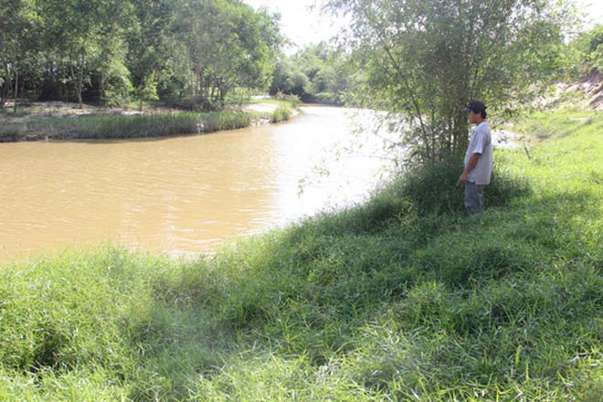 Bé gái 8 tuổi thoát chết sau khi bị sàm sỡ và ném xuống sông - 2