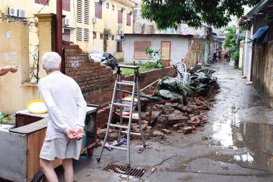 Bức tường nhà trường sập sau mưa đè chết bé trai - 1
